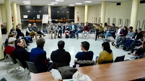 Groupe de personnes en cercle participant et échangeant lors de la première réunion de plénière de Poitiers Collectif à la maison du peuple
