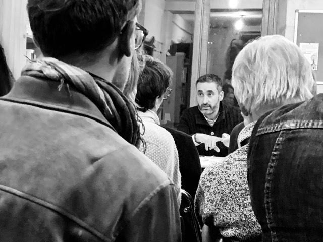 groupe de personnes autour de Nicolas Thierry
